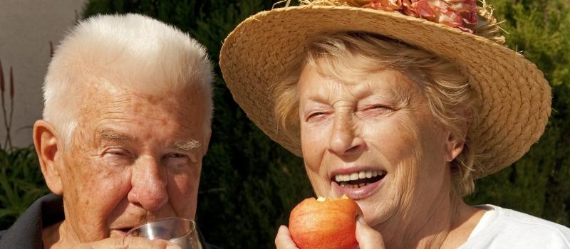 Älteres Paar beim Obstessen